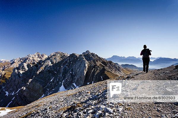 Wanderer beim Aufstieg zum Bepi-Zac-Klettersteig im San-Pellegrino-Tal oberhalb vom San Pellegrino Pass  hinten die Costabela und dahinter die Marmolata  Trentino  Dolomiten  Italien  Europa Wanderer beim Aufstieg zum Bepi-Zac-Klettersteig im San-Pellegrino-Tal oberhalb vom San Pellegrino Pass, hinten die Costabela und dahinter die Marmolata, Trentino, Dolomiten, Italien, Europa