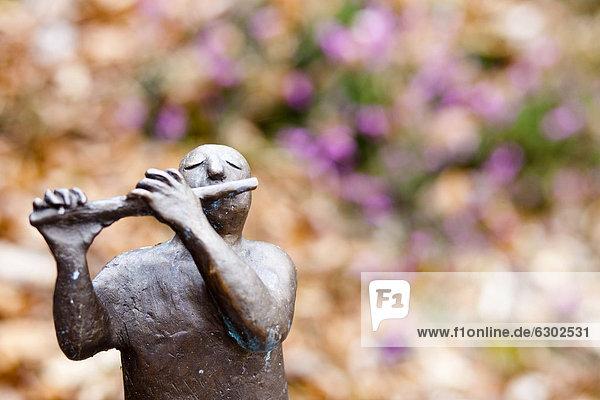 Flötenspieler  Skulptur auf dem Skulpturenweg der Künstlerin Sieglinde Tatz Borgogno unterhalb vom Dürerweg und Buchholz  Laag  Unterland  Südtirol  Italien  Europa Flötenspieler, Skulptur auf dem Skulpturenweg der Künstlerin Sieglinde Tatz Borgogno unterhalb vom Dürerweg und Buchholz, Laag, Unterland, Südtirol, Italien, Europa