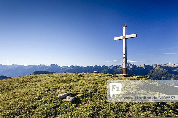 Gipfelkreuz vom Zanggen  oberhalb des LavazËjoch  hinten die Pallagruppe  Trentino  Italien  Europa Gipfelkreuz vom Zanggen, oberhalb des LavazËjoch, hinten die Pallagruppe, Trentino, Italien, Europa