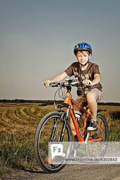 Junge mit Mountainbike