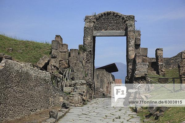 Steinbogen bei der Porta Nocera  Pompeji  Kampanien  Italien  Europa