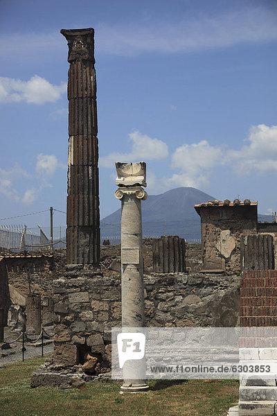 Apollotempel mit der Sonnenuhr-Säule aus der frühen Kaiserzeit  Pompeji  Kampanien  Italien  Europa