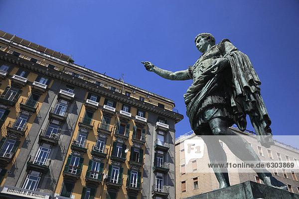 Europa Wohnhaus Straße frontal Statue Nachbarschaft Luciafest Kampanien Italien Neapel