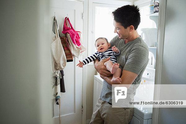 Junge - Person Menschlicher Vater Zimmer halten Baby