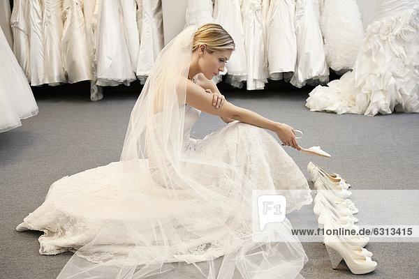 Frau  Hochzeit  Fußbekleidung  Vielfalt  Ansicht  jung  Seitenansicht  Chaos  Kleid