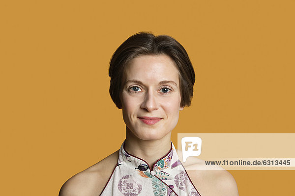 Farbaufnahme  Farbe  Portrait  Frau  Fröhlichkeit  über  Hintergrund  Mittelpunkt  Erwachsener