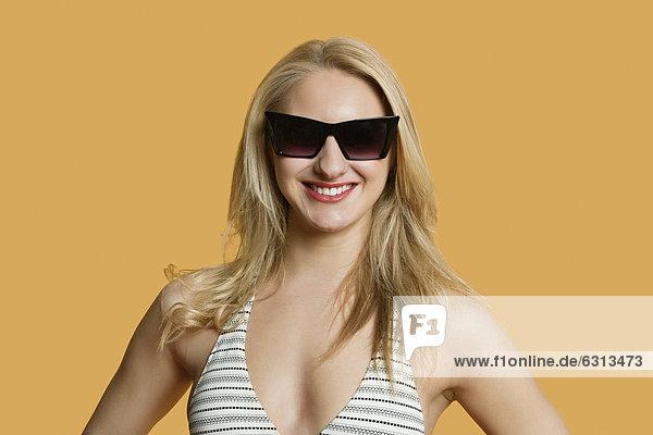 Farbaufnahme  Farbe  Portrait  Frau  Schönheit  Bikini  über  Hintergrund  jung  Kleidung  Sonnenbrille