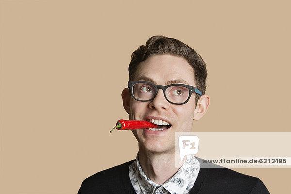 Farbaufnahme  Farbe  Mann  sehen  über  Hintergrund  Mittelpunkt  rot  wegsehen  Reise  Peperoni  Erwachsener