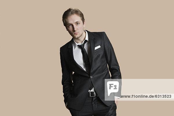 Maultasche  Farbaufnahme  Farbe  Portrait  Geschäftsmann  über  Hintergrund  jung