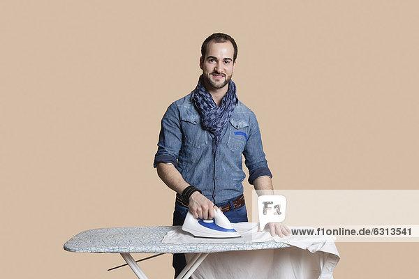 Farbaufnahme  Farbe  Bügeleisen  Portrait  Mann  Fröhlichkeit  über  Hemd  Hintergrund  jung