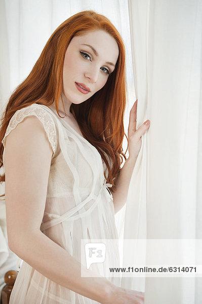 stehend junge Frau junge Frauen Portrait Fenster halten