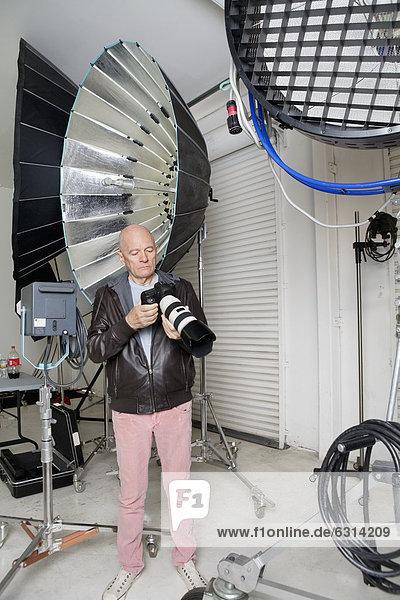 Senior  Senioren  Fotoapparat  Kamera  Fotograf  Studioaufnahme