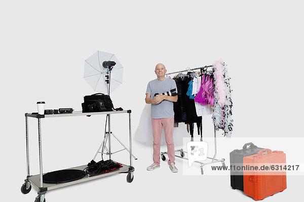 stehend  Senior  Senioren  Wäscheständer  Portrait  Kleidung  frontal  Fotograf  Studioaufnahme