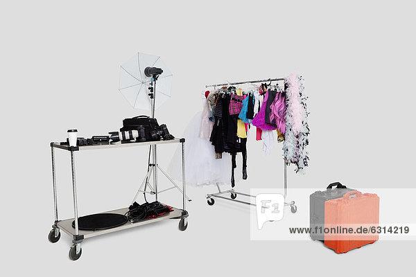 Wäscheständer  Kleidung  Regenschirm  Schirm  Koffer  Spiegel  Studioaufnahme
