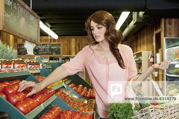Frau  Schönheit  braunhaarig  kaufen  Tomate  Supermarkt