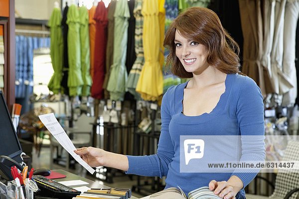 stehend  Portrait  Frau  Schönheit  Papier  Stoff  Laden  jung  Muster