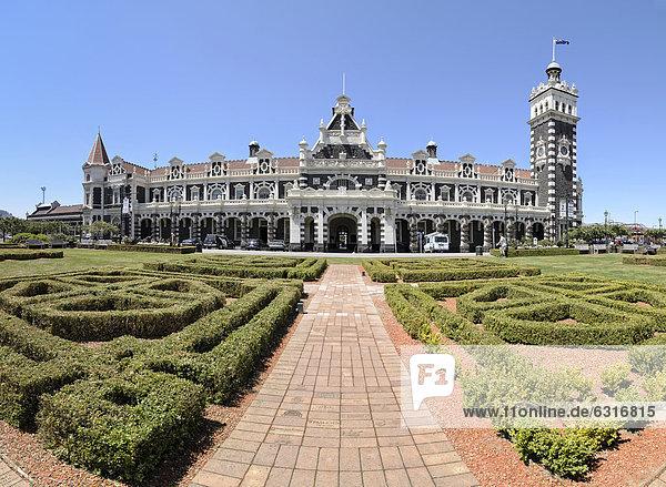 Vorgarten und historische Bahnhofstation  Dunedin  Südinsel  Neuseeland  Ozeanien