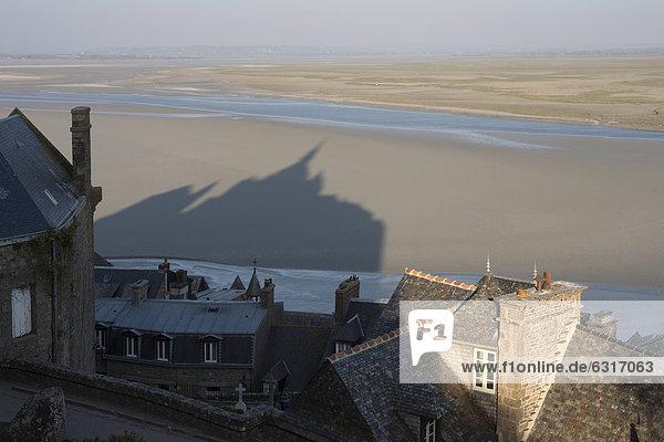 Dächer und Schattenbild von Mont Saint-Michel  Wattenmeer bei Ebbe  Basse-Normandie  Frankreich  Europa