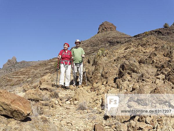 Wanderer  Roque del Sombrero bei San Sebastian  La Gomera  Kanarische Inseln  Kanaren  Spanien  Europa