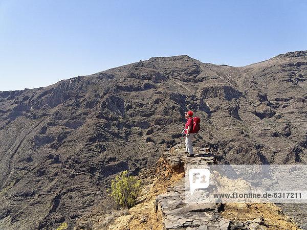 Wanderin an Felsband über Barranco Juan del Vera  San Sebastian  La Gomera  Kanarische Inseln  Kanaren  Spanien  Europa