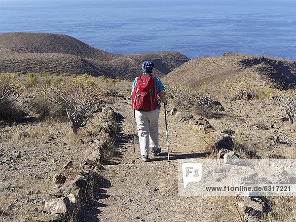 Frau mit Rucksack wandert auf Sendero Quise  AlajerÛ  La Gomera  Kanarische Inseln  Kanaren  Spanien  Europa