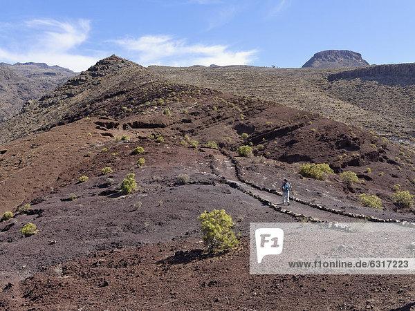 Frau wandert auf Sendero Quise  hinten Berg Calvario  AlajerÛ  La Gomera  Kanarische Inseln  Kanaren  Spanien  Europa