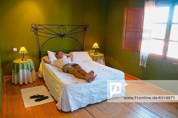 Ländliches Motiv  ländliche Motive  liegend  liegen  liegt  liegendes  liegender  liegende  daliegen  Mann  Bett  Hotel