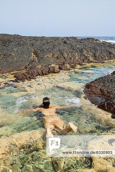 nahe  Frau  schwimmen  Kanaren  Kanarische Inseln  Gezeitentümpel  Großmutter  Spanien