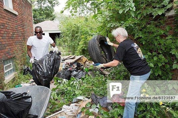 hoch oben Wohnhaus Morgen Reinigung Straße entfernen entfernt Abfall 2 verlassen 1 Fahrweg Geld ausgeben leer 3 Mülldeponie Größe Mitglied Verein Detroit Stunde Michigan Samstag