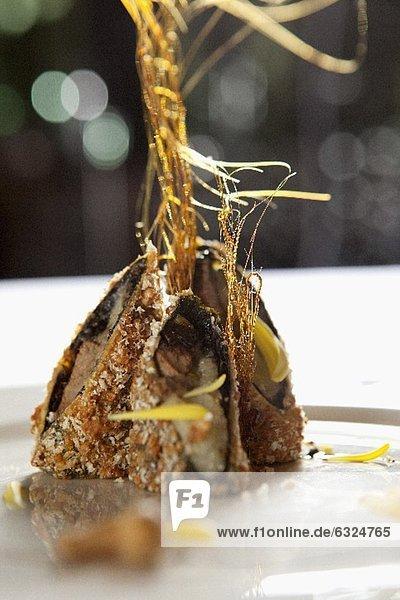 Knusprige Rinderroulade mit Bananen und Karamelfäden (China)
