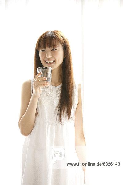 Frau  Fröhlichkeit  Glas  halten  trinken  japanisch