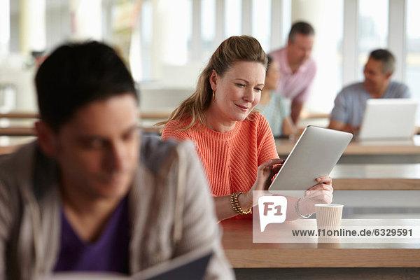 Frau mit digitalem Tablett im Unterricht