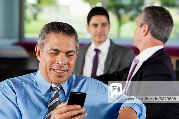 Geschäftsmann texten auf dem Smartphone