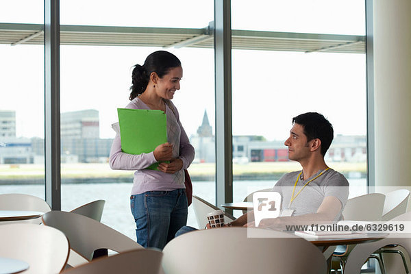 Mann und Frau unterhalten sich im Cafe