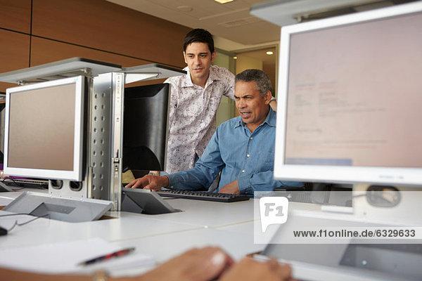 Reife Schüler in der Computerklasse