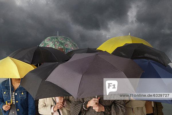 Personengruppe mit Regenschirmen