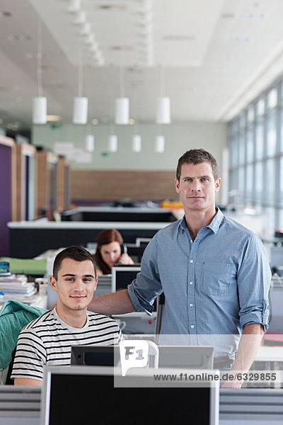 Kollegen in der Büroeinrichtung  Portrait