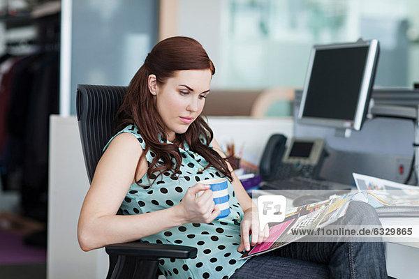 Frauen-Lesemagazin mit Kaffee