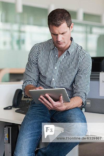 Der Mensch konzentriert sich auf das digitale Tablett
