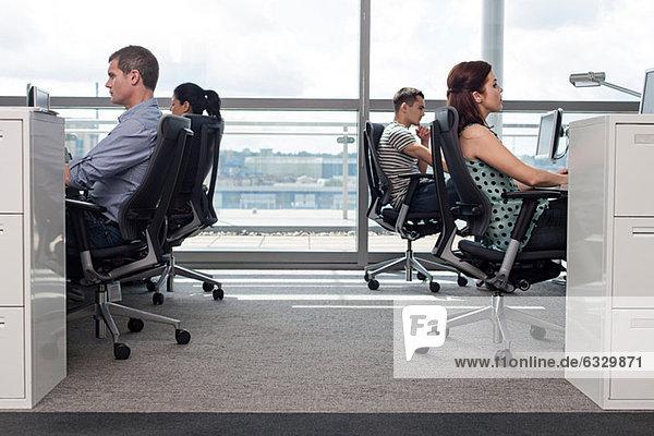 Kreative Geschäftsleute am Arbeitsplatz