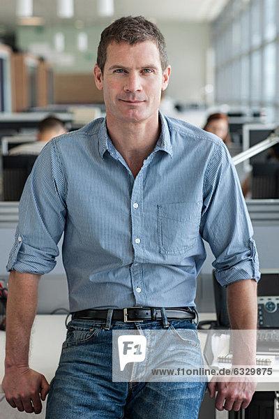 Porträt eines Mannes mit Blick auf die Kamera