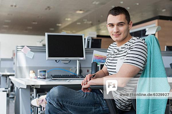 Porträt des Mannes am Schreibtisch