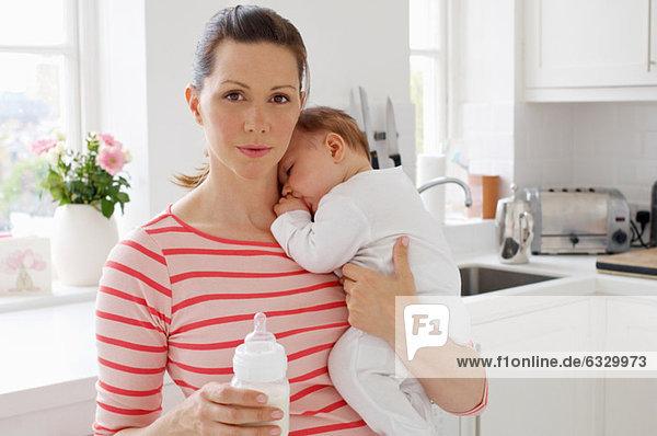 Mutter mit Baby und Flasche