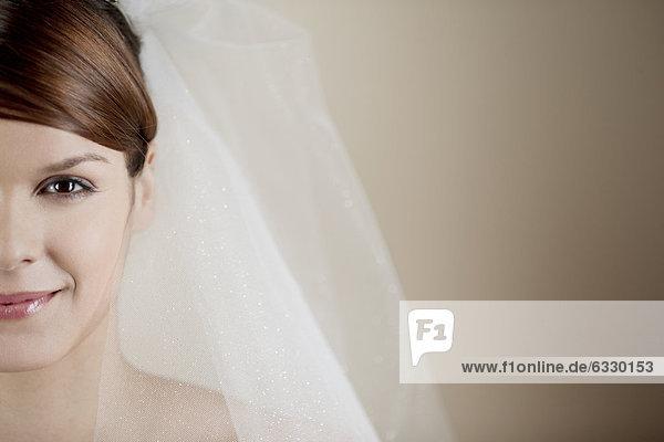Braut  jung  Kleidung  Tiara  Schleier