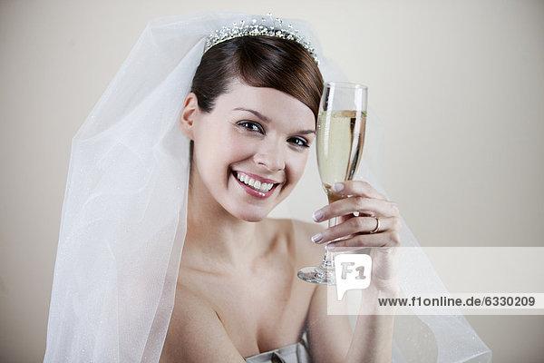 Glas  Braut  halten  jung  Champagner