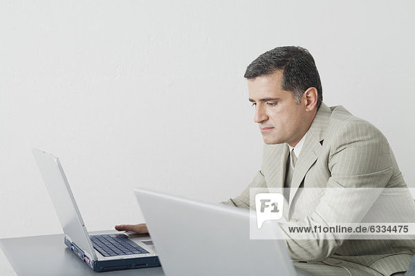 Reife Geschäftsleute mit Laptop-Computer