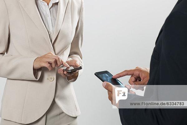Profis  die Kontaktinformationen auf Handys austauschen  beschnitten