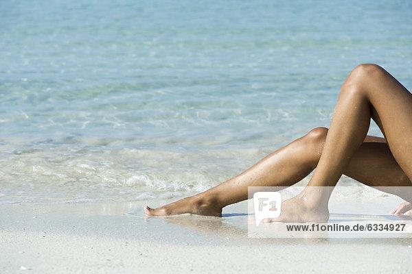 Frauenbeine am Strand  niedrige Sektion