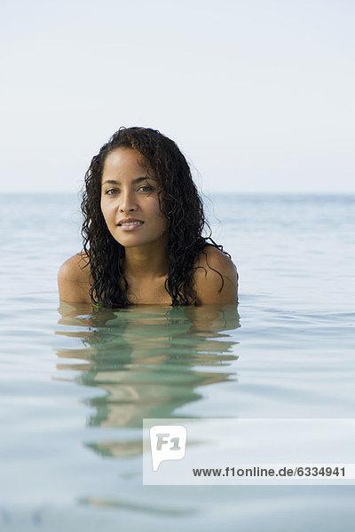 Junge Frau im Wasser  Portrait