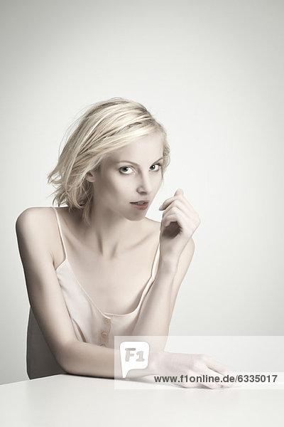Junge Frau bei Tisch  Porträt